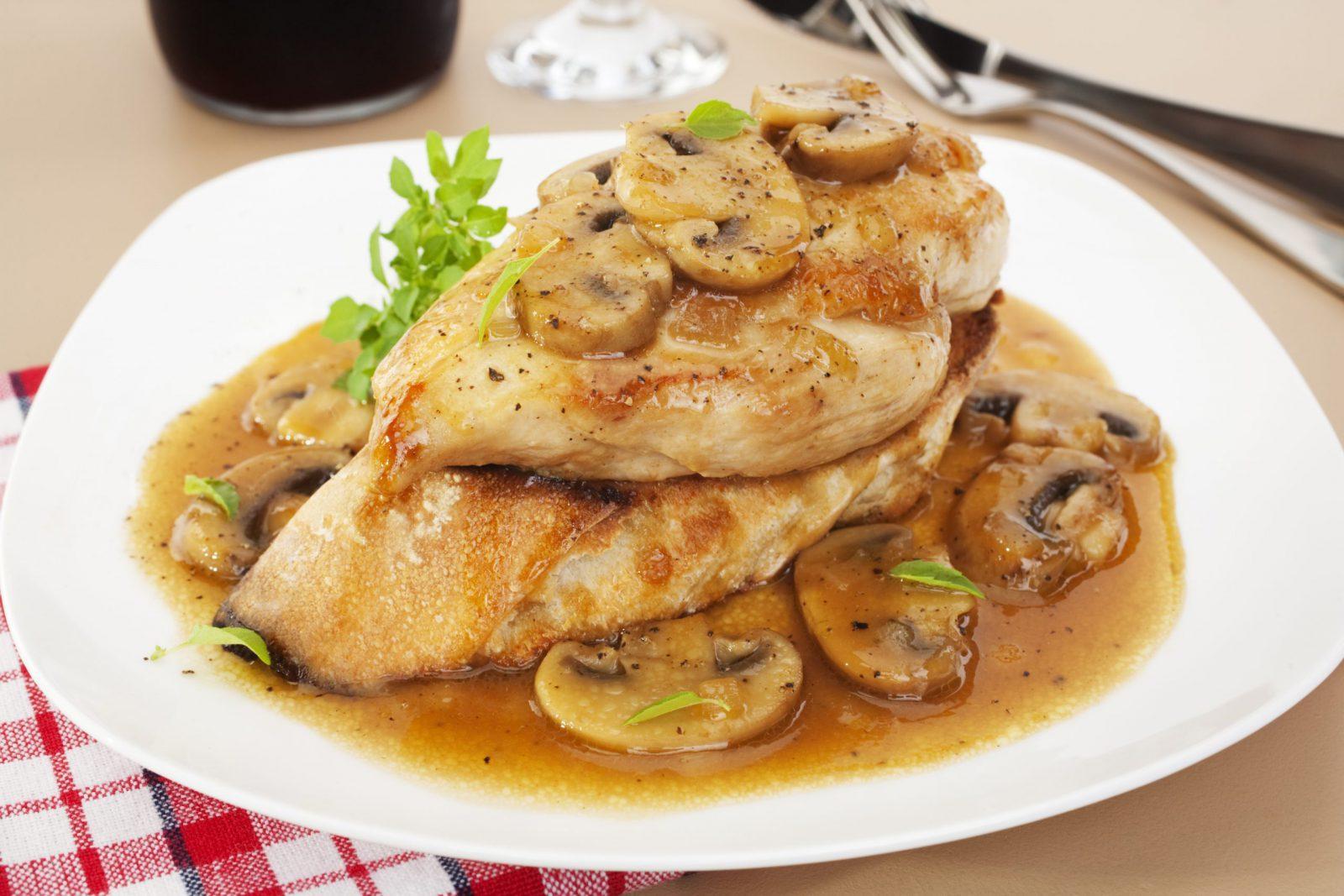 دجاج بصلصة المورناي والفطر